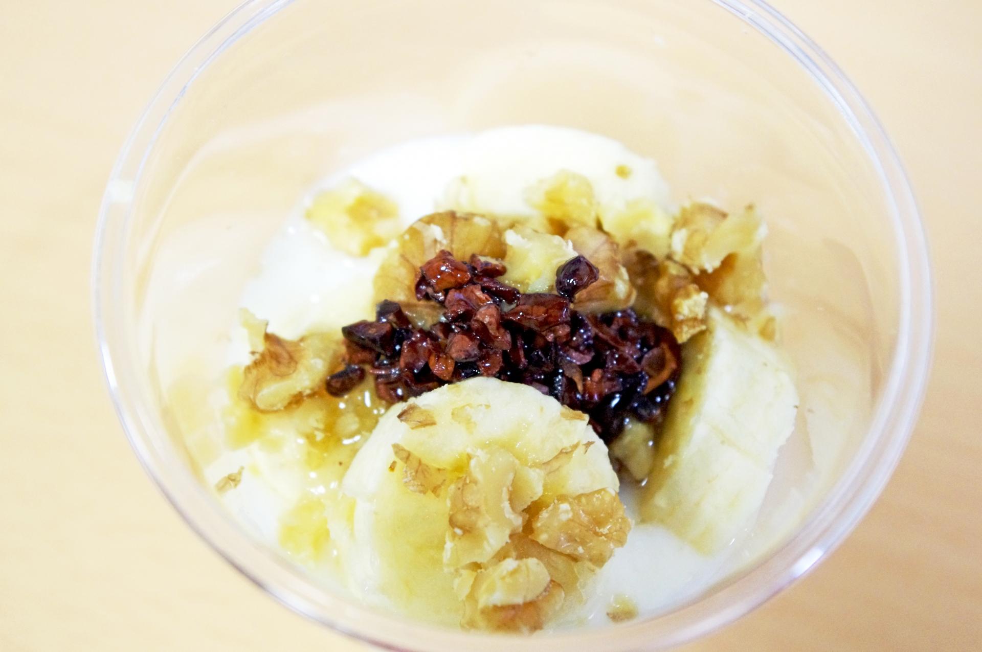 アイスクリームにカカオニブをトッピング